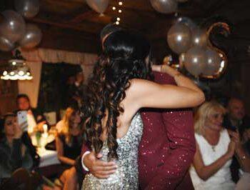 Rosenbundpaar umarmt sich nach Trauung