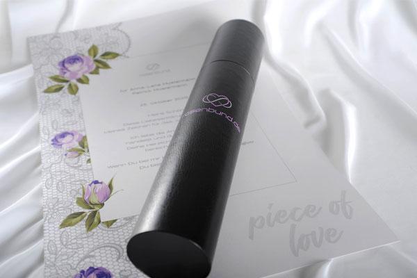 Rosenbund Loveletter mit Zylinderbox auf weißem Seidentuch