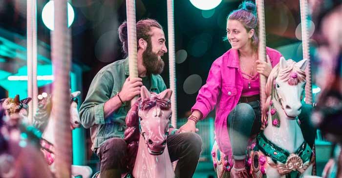 Liebespaar auf einem Karussel